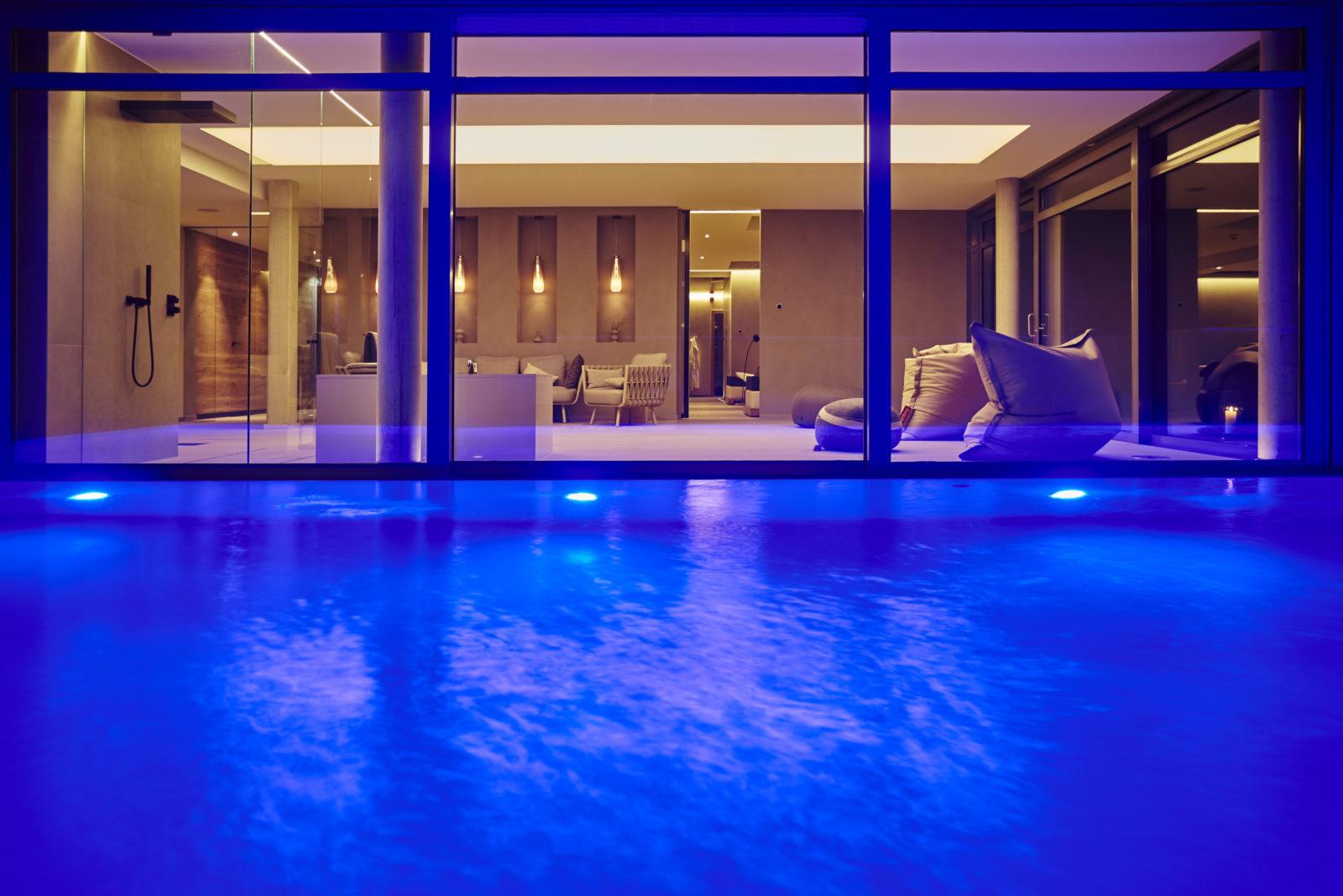 Pool im Sky Spa bei Nacht